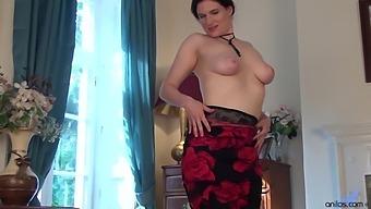 Handsome Solo Mature Brianna Green Spreads Her Legs To Masturbate