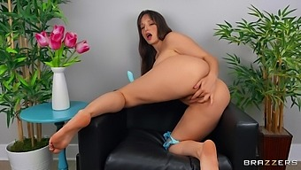 Solo Mature Lexi Luna Takes Off Her Bra And Panties To Play