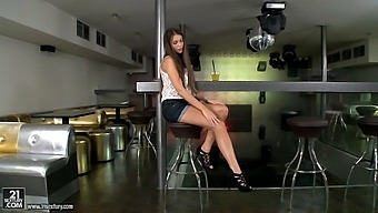 Stunning Solo Girl Lia Taylor Spreads Her Legs To Masturbate