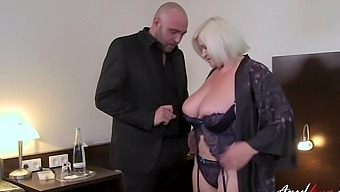 Super Hot Mature Got To Seduce Nice Man And Received Hardcore Sex From Handy Guy