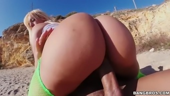 Bootylicious Blondie Fesser Riding An Important Penis For A Seaside