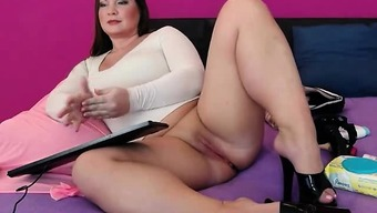 Hot Full-Figured Web Camera Girl Friction Her Pussy